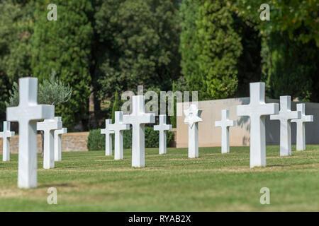 Grabkreuze auf dem Friedhof in Rhone American Cemetery and Memorial, Draguignan, Frankreich