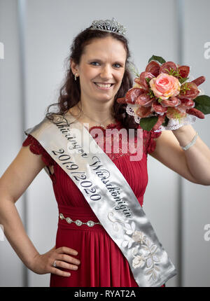 Erfurt, Germany. 13th Mar, 2019. The new sausage queen Jennifer Risch poses on the 23rd day of the Thuringian sausage specialities with a bouquet of sausages. The event takes place as part of the Thuringia exhibition (9.-17.3.) at Messe Erfurt. Credit: Michael Reichel/dpa/Alamy Live News - Stock Photo