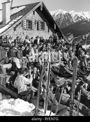 sports, winter sports, skiing, sunbathing at Stubneralm, Bad Gastein, 1950s, Additional-Rights-Clearance-Info-Not-Available - Stock Photo