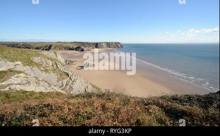 Overview of Three Cliffs Bay looking east from the Great Tor towards Pobbles beach, Penmaen, The Gower peninsula, Wales, UK, October. - Stock Photo