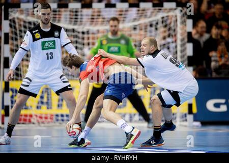 Hamburg, Deutschland. 25th Jan, 2019. Magnus ROD (NOR) in a duel versus Paul DRUX r. (GER) and Hendrik PEKELER l. (GER), Aktion, Semifinals Germany (GER) - Norway (NOR) 25 - 31, on 25.01.2019 in Hamburg/Germany. Handball World Cup 2019, from 10.01. - 27.01.2019 in Germany/Denmark. | usage worldwide Credit: dpa/Alamy Live News - Stock Photo