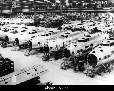 industry, aviation industry, Boeing works, production of Boeing B-17E Flying Fortress, trunks in production hall, factory in Seattle, Washington, December 1942, Additional-Rights-Clearance-Info-Not-Available - Stock Photo