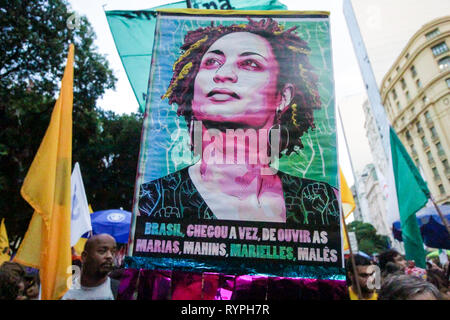 Rio de Janeiro, Brazil. 14th Mar, 2019. councilwoman Marielle Franco, her driver Andersom in an ambush and two days after the police present the possible murderers, In act to honor the memory of the victims,  in downtown Cinelândia, protesters charge the authorities with answers and that take the perpetrators. ELLAN LUSTOSA PHOTO Credit: Ellan Lustosa/Alamy Live News - Stock Photo