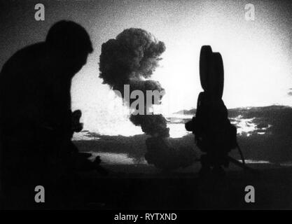 atom, nuclear test, USA, Las Vegas, Nevada, observer with camera, 31.5.1957, Additional-Rights-Clearance-Info-Not-Available - Stock Photo