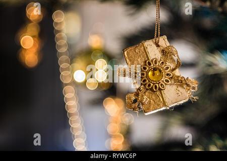 Christbaum Weihnachtsdekoration - Geschenk als Christbaumschmuck, Hintergrund Bubbles - Stock Photo