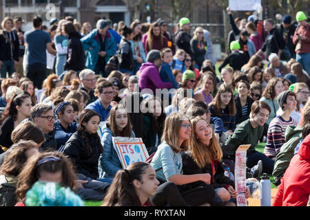 Seattle, Washington: Students from all over the region attend a rally in Cal Anderson Park in support of the Green New Deal and to draw attention to the lack of action on climate change. The Seattle Youth Climate strike was held in is solidarity with the worldwide Climate Strike movement. Credit: Paul Christian Gordon/Alamy Live News - Stock Photo