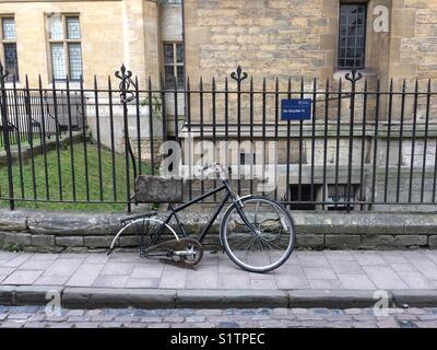 University of Oxford, broken bike just outside the Examination School - Stock Photo