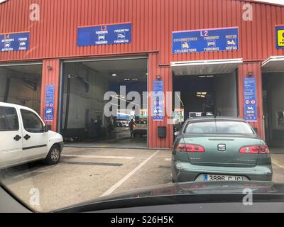 Inspection of cars in mot testing centre for a yearly for Garage europe auto center fresnes