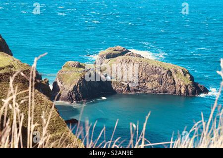 Carrick-a-Rede Rope Bridge spanning the dizzy gap between the mainland and a small island near Ballycastle Co. Antrim, Northern Ireland. - Stock Photo