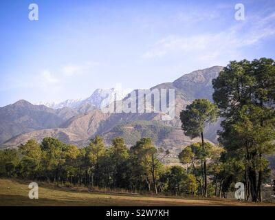 Scenic landscape beside a country road in the Dauladhar mountains of the Himalayan foothills, near Dharamsala, Himachal Pradesh, north India - Stock Photo