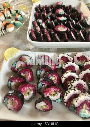Selbst kreiertes und zubereitetes Sushi in verschiedenen Geschmacksrichtungen und Formen - Stock Photo