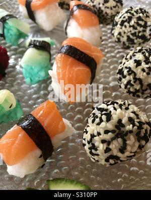 Selbst kreiertes und zubereitetes Sushi in verschiedenen Formen, Farben, Zutaten und Geschmacksrichtungen - Stock Photo