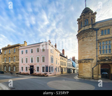 Broad Street, Parks Road and Holywell Street in central Oxford, deserted during the Coronavirus / Covid-19 lockdown.  The King's Arms is a student favourite. - Stock Photo
