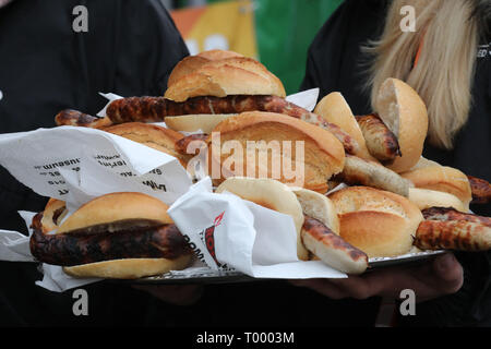 Erfurt, Germany. 16th Mar, 2019. Thuringian Rostbratwürste in bread rolls lie on a tray at the opening of the barbecue season 'RostKultur - Thüringen glows on'. 13 manufacturers of original Thuringian bratwursts present their sausages on the cathedral square. Credit: Bodo Schackow/dpa-Zentralbild/dpa/Alamy Live News - Stock Photo