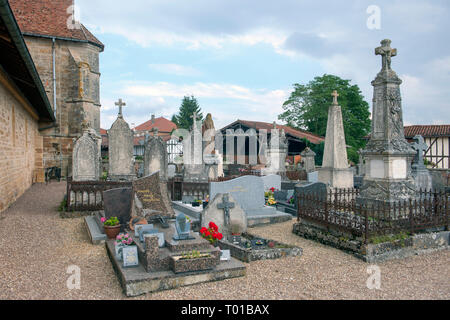 Frankreich, Champagne-Ardenne, Haute-Marne, Montier-en-Der, Droyes, Friedhof vor der Kirche Notre Dame - Stock Photo