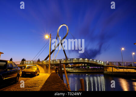 'Ponte Pedonal Circular' (circular pedestrian bridge) in Aveiro seen from canal during blue hour. Long exposure. In Aveiro Portugal, - Stock Photo