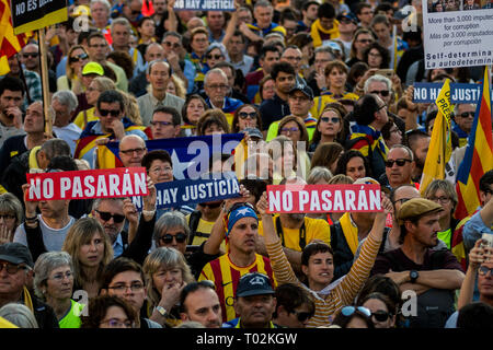 Madrid, Spain. 16th March, 2019. Protesters during a demonstration under the slogan 'Self-determination is not a crime'. Protesters are demanding the release of jailed Catalonian political leaders and a referendum on independence. Credit: Marcos del Mazo/Alamy Live News - Stock Photo