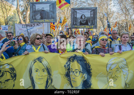 Madrid, Spain. 16th March 2019. people with pictures of politic prisoners by the spanish government. Thousands of independent catalonian people march in Madrid to renew and claim their rights to self-determination. Credit: Alberto Sibaja Ramírez/Alamy Live News - Stock Photo