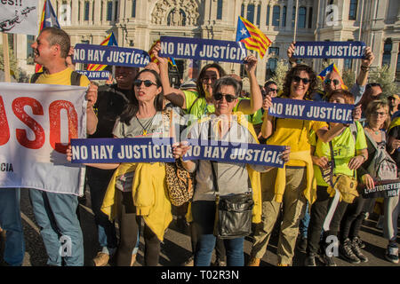Madrid, Spain. 16th March 2019. people with a placard in blue color ¨there is no justice¨. Thousands of independent catalonian people march in Madrid to renew and claim their rights to self-determination. Credit: Alberto Sibaja Ramírez/Alamy Live News - Stock Photo