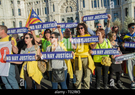 "Madrid, Spain. 16th March 2019. Thousands of people in Madrid protested in support of the independence of Catalonya and demanding freedom for the political prisoners.  In the picture people with placards that say ""There is no justice"" Credit: Lora Grigorova/Alamy Live News - Stock Photo"