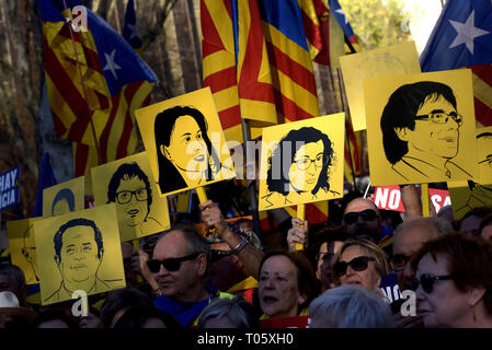 Madrid, Spain. 16th March 2019.  Banners showing the images of imprisoned and exiled leaders as Catalans demonstrate along el Paseo del Prado avenue in Madrid. Thousands Catalans have gone to Spanish capital to march under the slogan 'Self-determination is not a crime'. Past 12 February  in Spain's highest court began the trial on twelve Catalan leaders with charges relating to an October 2017 independence referendum that was considered illegal by the Spanish government. Credit:  Jordi Boixareu/Alamy Live News - Stock Photo