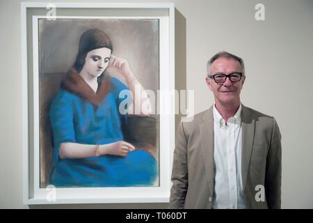 Malaga, Spain. 17th Mar, 2019. Spanish Culture and Sports Minister Jose Guirao visits the exhibit 'Olga Picasso' at the Picasso Museum in Malaga, southern Spain, 17 March 2019. The display on Khokhlova, Spanish artist Pablo Picasso's first wife, takes place from 26 February to 02 June 2019. Credit: EFE News Agency/Alamy Live News - Stock Photo