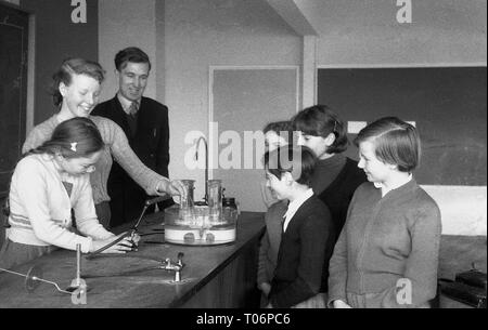 1950s, school science lesson, England, UK. - Stock Photo
