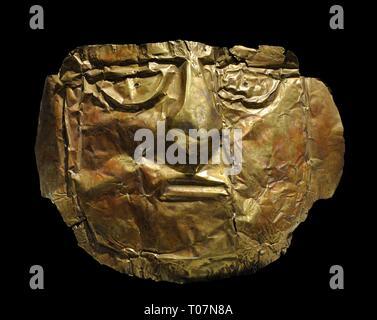Máscara funeraria realizada en oro. Cultura Chimú, Período Intermedio Tardío (1100-1400 d. C.). Perú. Museo de América. Madrid. España. - Stock Photo