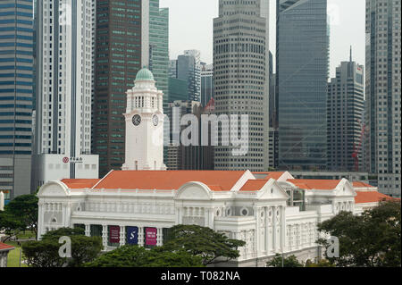 20.12.2018, Singapore, Singapore, Singapore - View of the Victoria Theatre and the skyline of the Raffles Place business district. 0SL181220D008CAROEX - Stock Photo