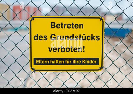 Betreten des Grundstücks verboten ! Eltern haften für ihre Kinder - Baustelle Schild ) - Stock Photo