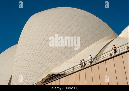 06.05.2018, Sydney, New South Wales, Australien - View to the Opera House of Sydney, one of the two famous landmarks of the city. 0SL180506D024CAROEX. - Stock Photo