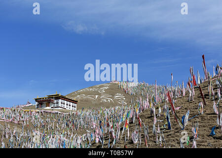 Hundreds of prayer flags above the Ser Gergyo (Ani Gompa) nunnery, Tagong Grasslands, Sichuan, China - Stock Photo
