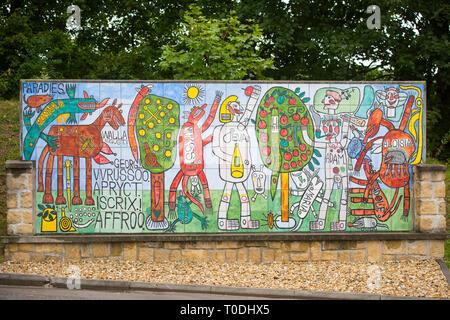 Österreich, Klosterneuburg, Maria Gugging, Art/Brut Center Gugging, von psychiatrischen Patienten gestaltetes Kunstwerk auf Keramik neben dem Museum - Stock Photo