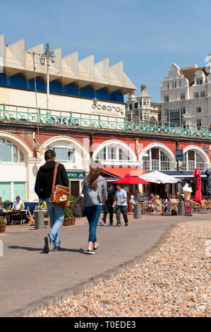 Shops and cafes on the promenade on the seafront in Brighton, Sussex, England. - Stock Photo