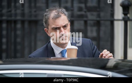 Downing Street, London, UK. 19 March 2019. Julian Smith, Chief Whip leaves Downing Street after weekly cabinet meeting. Credit: Malcolm Park/Alamy Live News. - Stock Photo