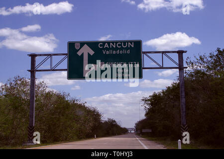 Zona arqueologica de Chichen Itza Zona arqueológica    Chichén ItzáChichén Itzá maya: (Chichén) Boca del pozo;   de los (Itzá) brujos de agua.   Es uno de los principales sitios arqueológicos de la   península de Yucatán, en México, ubicado en el municipio de Tinum.  *Photo:©Francisco* Morales/DAMMPHOTO.COM/NORTEPHOTO - Stock Photo