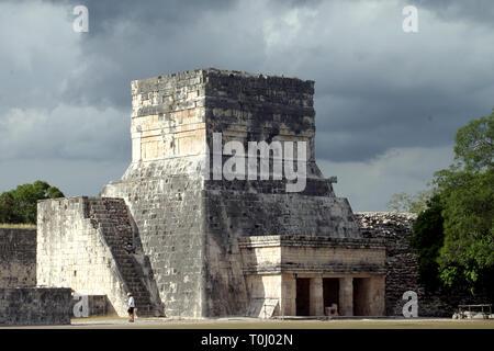 Zona arqueologica de Chichen Itza Zona arqueológica    Chichén ItzáChichén Itzá maya: (Chichén) Boca del pozo;   de los (Itzá) brujos de agua.   Es uno de los principales sitios arqueológicos de la   península de Yucatán, en México, ubicado en el municipio de Tinum.  *Photo:©Francisco*Morales/DAMMPHOTO.COM/NORTEPHOTO - Stock Photo