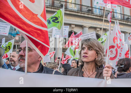 Madrid, Spain. 20th Mar 2019. Teachers of the community of Madrid, claim for partial retirement in front of the headquarters of ministry of educaction. The Ministry of Education and Research is the community of Madrid refuses to sign a partial retirement agreement for teachers. Credit: Alberto Sibaja Ramírez/Alamy Live News - Stock Photo