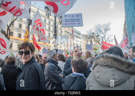Madrid, Spain. 20th Mar 2019. A teacher of Madrid with a placard with the motto, if we retire, we all improve.  The Ministry of Education and Research is the community of Madrid refuses to sign a partial retirement agreement for teachers. Credit: Alberto Sibaja Ramírez/Alamy Live News - Stock Photo