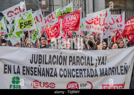 Madrid, Spain. 20th Mar 2019. Teachers with a big placard with the motto. Partial retirement agreement now! in the concerted teaching of madrid.  The Ministry of Education and Research is the community of Madrid refuses to sign a partial retirement agreement for teachers. Credit: Alberto Sibaja Ramírez/Alamy Live News - Stock Photo
