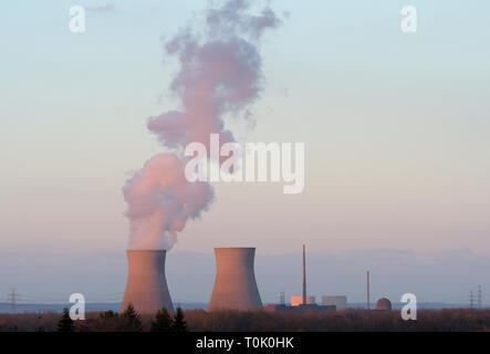 Gundremmingen, Germany. 19th Mar, 2019. At the nuclear power plant Gundremmingen water vapour will come out of the cooling tower of unit C on 19.03.2019. The other two reactors are shut down. (to the annual-Pk of the nuclear power plant Gundremmingen) Credit: Stefan Puchner/dpa/Alamy Live News - Stock Photo