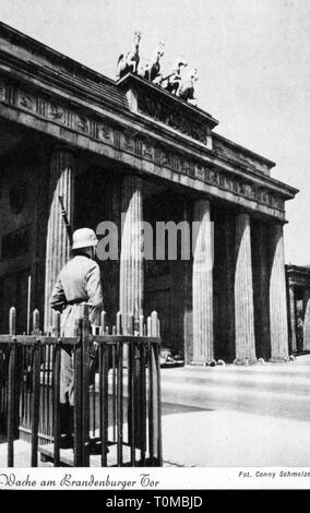geography / travel, Germany, Berlin, Brandenburg Gate, east side, guard of honour of the Wehrmacht, picture postcard, photograph by Conny Schmelzer, Berliner Heimatkalender, publisher Nikolai, 1942, Additional-Rights-Clearance-Info-Not-Available - Stock Photo