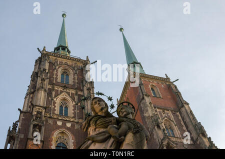 Madonna with child against Katedra sw Jana Chrzciciela or st. John the Baptist cathedral Wroclaw, Poland - Stock Photo