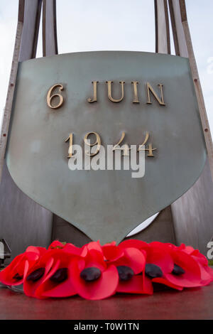 A poppy wreath under the Kieffer Flame Monument at Sword beach, Ouistreham, Normandy, France. - Stock Photo