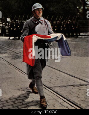 Allied Occupation of the Rhineland 1918 - 1930, French troops are evacuating Mainz, April 1930, soldier with the pulled down tricolor, coloured photograph, cigarette card, series 'Die Nachkriegszeit', 1935, entente, military, occupation, occupying power, occupying powers, decampment, march-off, marching-off, marches-off, marched-off, march out, marching out, marches out, marched out, flag, flags, Rhineland, France, Rhineland-Palatinate, Rhineland Palatinate, Rheinland-Pfalz, People's State of Hesse, Germany, German Reich, Weimar Republic, people,, Additional-Rights-Clearance-Info-Not-Available - Stock Photo