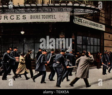 Paris riots of 6.2.1934, police in action, coloured photograph, cigarette card, series 'Die Nachkriegszeit', 1935, police operation, police operations, demonstrators, demonstrator, tumult, affray, demonstration, demo, demonstrations, demos, protest, protests, corruption, corruptions, political crisis, politics, policy, France, Third Republic, people, 20th century, 1930s, riot, riots, coloured, colored, post war period, post-war period, post-war years, post-war era, historic, historical, Additional-Rights-Clearance-Info-Not-Available - Stock Photo
