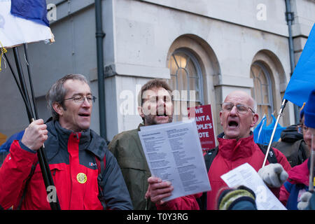 London, UK. 19 March, 2019. Pro-Europe supporters sing along, in College Green, Westminster. MPs debate Brexit deal. - Stock Photo
