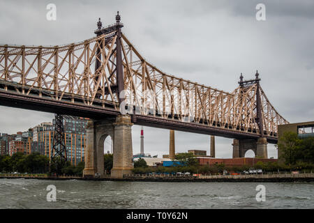 The Queensboro Bridge, a cantilever bridge over the East River in New York City, completed in 1909. It connects the neighborhood of Long Island City in the borough of Queens with the neighborhood of the Upper East Side Manhattan, passing over Roosevelt Island. - Stock Photo