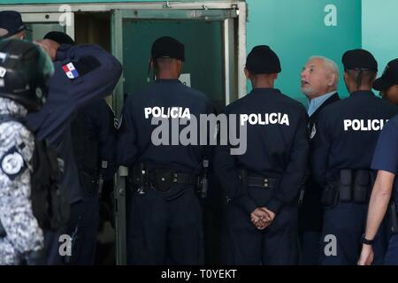 Panama City, Panama. 22nd Mar 2019. Police units guard former President of Panama, Ricardo Martinelli (3R), upon his arrival at the court of the Accusatory Criminal System for alleged eavesdropping and embezzlement in his mandate 2009 - 2014, in Panama City, Panama, 22 March 2019. Martinelli's trial is resumed after forensics determined that the depression he presented does not disable him to be in the audience. EFE/ Welcome Velasco Credit: EFE News Agency/Alamy Live News - Stock Photo