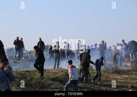 March 22, 2019 - Al-Buraj Refugee Camp, The Gaza Strip, Palestine - Clashes between Palestinians and Israeli troops at al-Buraj refugee camp in central of the Gaza Strip, Palestinian Health Ministry in Gaza confirmed that 30 Palestinians were shot and injured with Israeli live fire, while dozens of others suffered from tear-gas inhalation, including a number of health workers. Credit: Mahmoud Khattab/Quds Net News/ZUMA Wire/Alamy Live News - Stock Photo